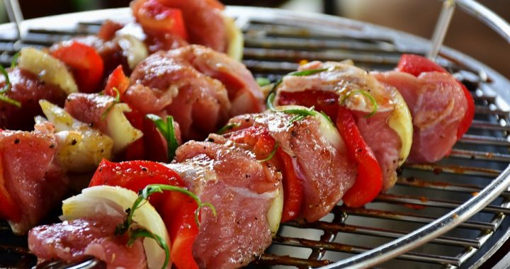Brochetas de cerdo con verduras